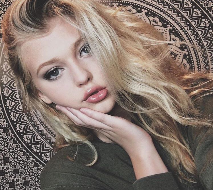 Nora from Syosset | Woman | 19 years old